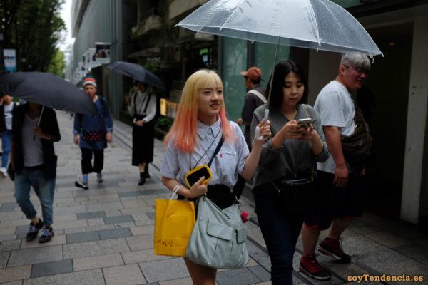 camisa rayas manga corta pelo naranja paraguas transparente Omotesando Harajuku japon soyTendencia Tokyo street style