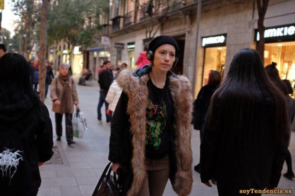 camiseta líneas de colores verde naranja con fondo negro gorro de lana chaquetón forrado de piel soyTendencia Madrid street style