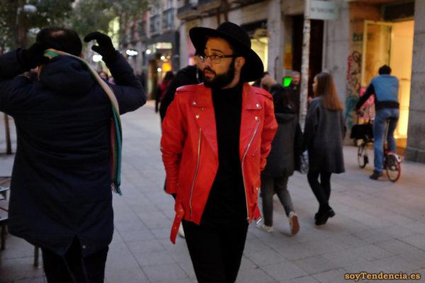 chaqueta roja Zara sombrero ala ancha hombre barba soyTendencia Madrid street style