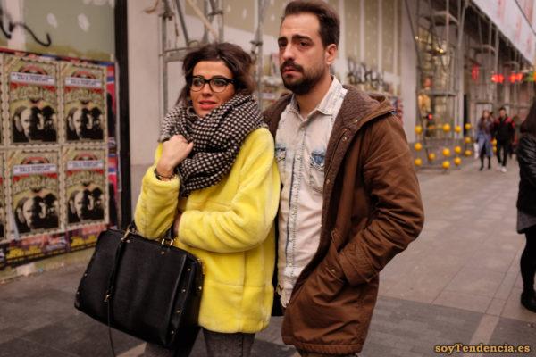 chaquetón amarillo bolso grande bufanda manta capucha camisa vaquera soyTendencia Madrid street style