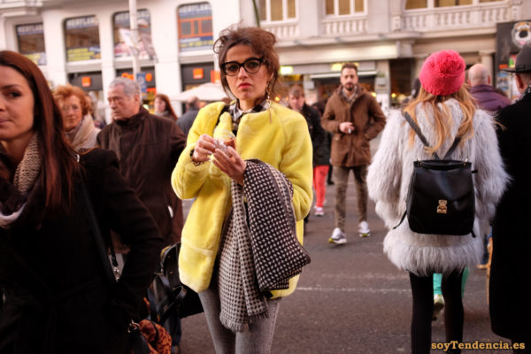 chaquetón amarillo bufanda manta pantalones pitillo soyTendencia Madrid street style