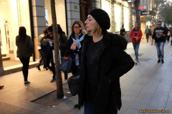 chaquetón negro con capucha boina negra camiseta cigarrillo liado soyTendencia Madrid street style