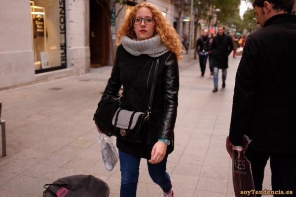 chaquetón negro cruzado con mangas de cuero reloj verde pelirroja soyTendencia Madrid street style