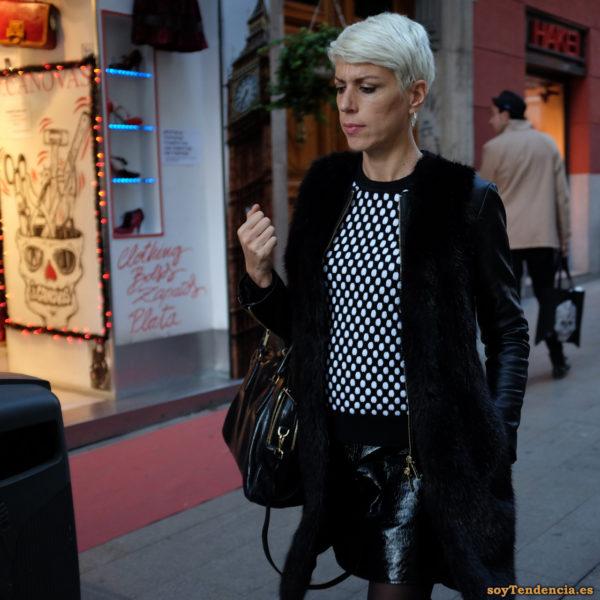 chaquetón piel mangas de cuero minifalda jersey lunares blancos soyTendencia Madrid street style