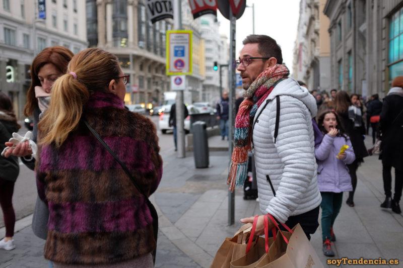 chaquetón de piel marrón y violeta sudadera acolchada blanca bufanda de compras soyTendencia Madrid street style