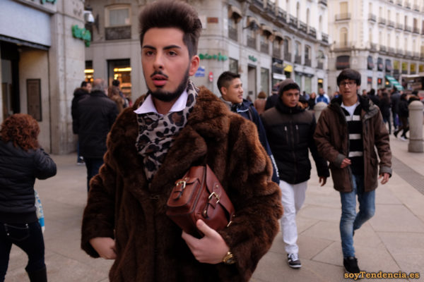 chaquetón de piel pañuelo de leopardo reloj oro bolso de mano Mariano José de Larra soyTendencia Madrid street style