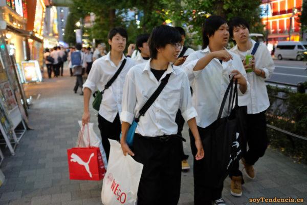 estudiantes con camisa blanca compras Akihabara Akiba japon soyTendencia Tokyo street style