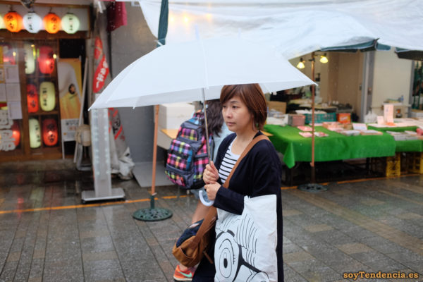 mercado Ameyoko Ueno Okachimachi camiseta rayas paraguas blanco japon soyTendencia Tokyo street style
