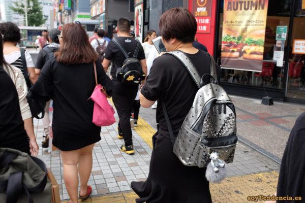 mochila plateada MCM Stark backpack colgante kawaii Shinjuku Kabukicho japon soyTendencia Tokyo street style