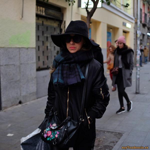 sombrero de ala ancha bolso con flores bufanda azul soyTendencia Madrid street style