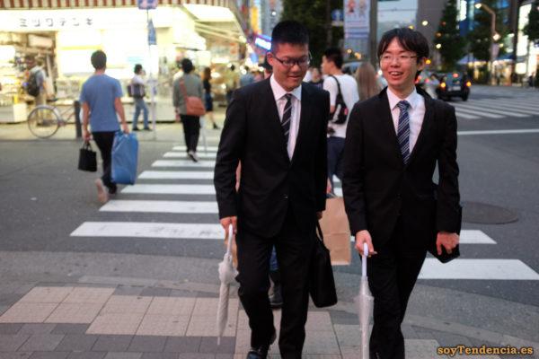 traje corbata paraguas transparente akihabara akiba japon soyTendencia Tokyo street style