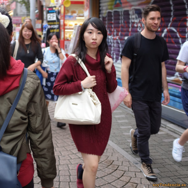 vestido de punto granate bolso Takeshita dori Harajuku japon soyTendencia Tokyo street style