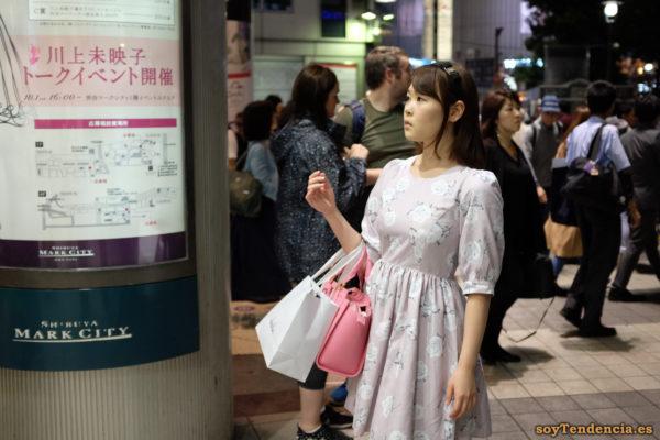 vestido rosa con rosas blancas bolso rosa chicle Shibuya Mark City japon soyTendencia Tokyo street style