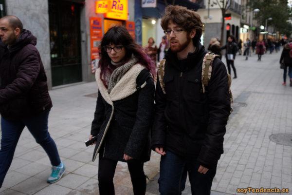 abrigo corto negro con forro de borrego solapa grande anorak pelo malva soyTendencia Madrid street style