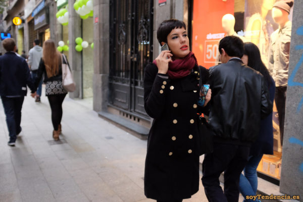 abrigo cruzado doble fila de botones dorados bufanda soyTendencia Madrid street style