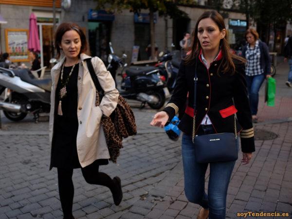 casaca azul con ribetes y cuello en rojo galones dorados bolso Michael Kors soyTendencia Madrid street style
