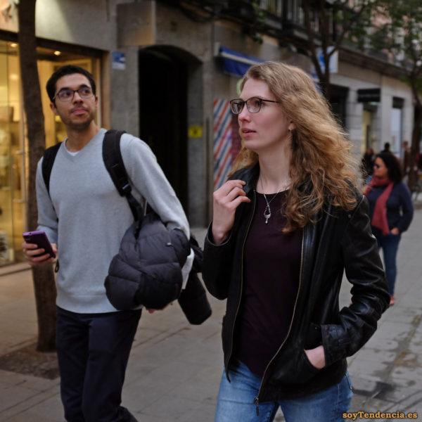 cazadora cuero negra jersey fino color granate pantalón vaquero soyTendencia Madrid street style