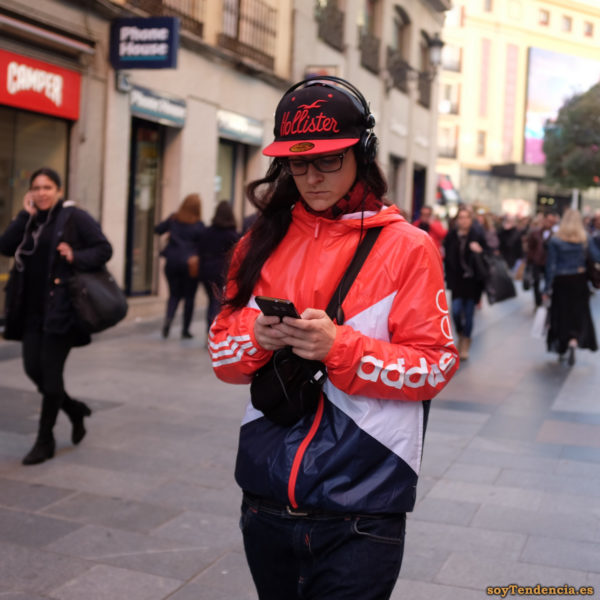 chaqueta Adidas roja blanca azul gorra Hollister soyTendencia Madrid street style