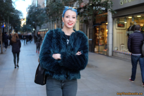 chaqueta azul pelo largo pelo azul bolso gafas soyTendencia Madrid street style