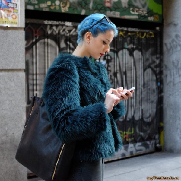 chaqueta azul pelo largo pelo azul bolso soyTendencia Madrid street style