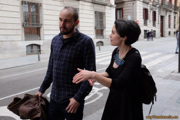 vestido negro collar azul camisa cuadros mochila soyTendencia Madrid street style