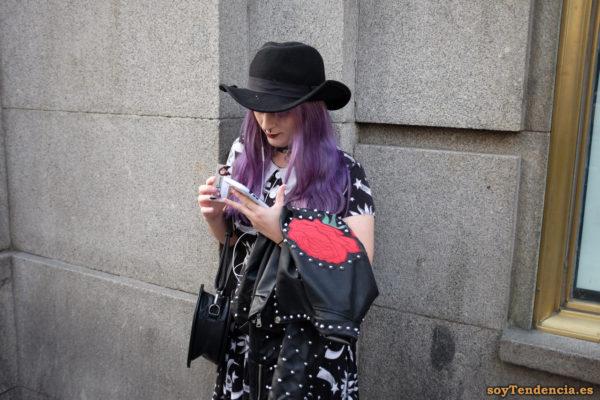 vestido con soles y estrellas fugaces cazadora tachuelas rosa roja en la espalda sombrero pelo color lila soyTendencia Madrid street style