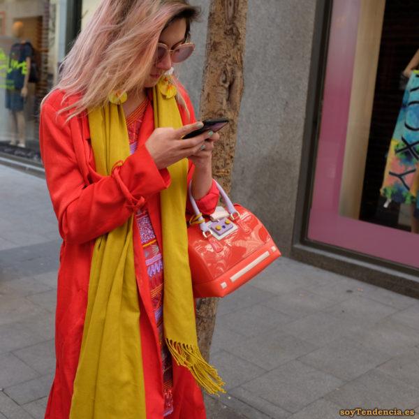 abrigo rojo bufanda amarilla vestido de lentejuelas bolso naranja soyTendencia Madrid street style