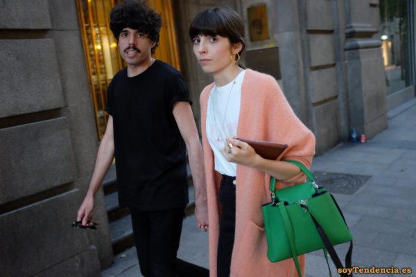 abrigo rosa bolso verde manzana soyTendencia Madrid street style