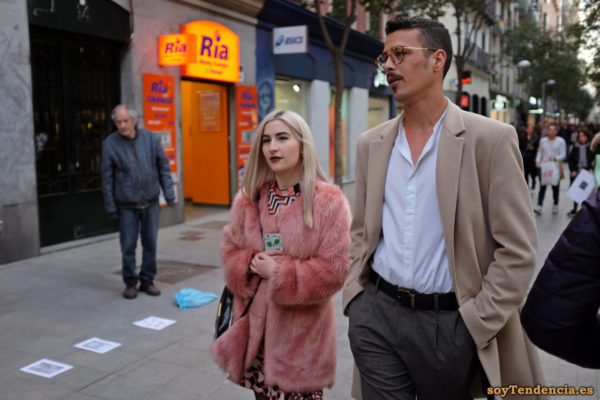 abrigo rosa de pelo largo abrigo beige abierto soyTendencia Madrid street style