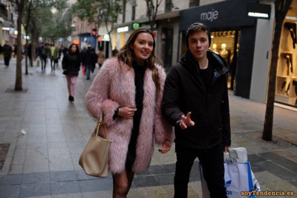 abrigo rosa pelo largo bolso beige bolsa Adidas soyTendencia Madrid street style