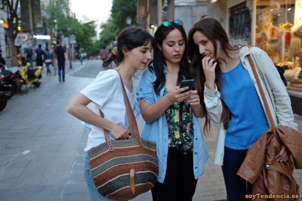 camiseta de flores camisa vaquera abierta manga corta larga bolso rafia soyTendencia Madrid street style