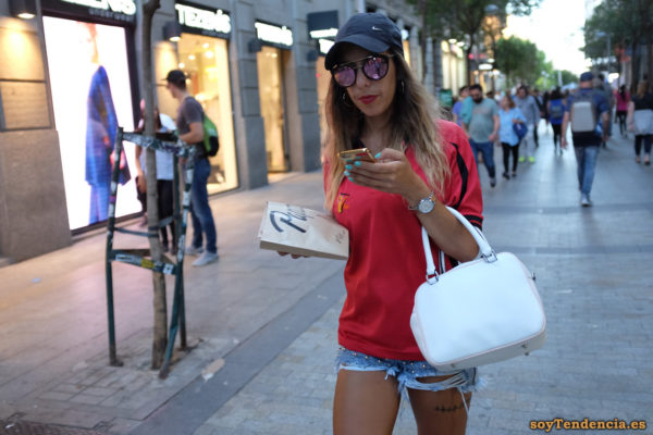 camiseta roja short vaquero con tachuelas deshilachado bolso blanco soyTendencia Madrid street style