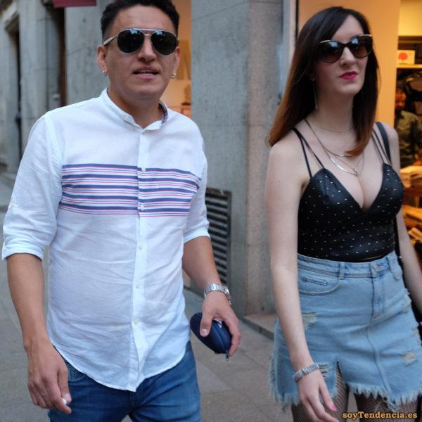 camiseta de tirantes con escote en pico minifalda vaquera camisa rayas sobre pecho soyTendencia Madrid street style