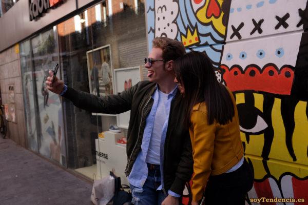 selfie con la chaqueta amarilla de Zara cazadora camisa azul desabrochada soyTendencia Madrid street style