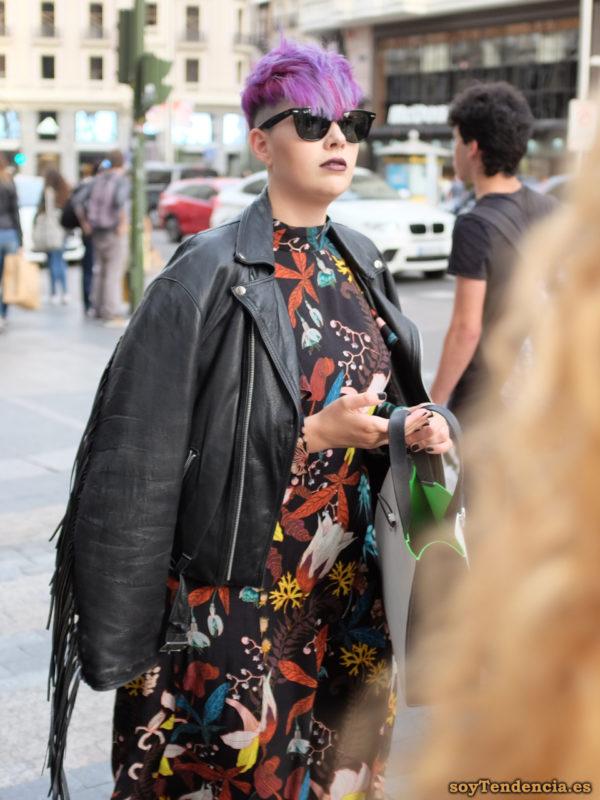 vestido con estampado flores de fantasía cazadora piel con flecos pelo morado malva soyTendencia Madrid street style