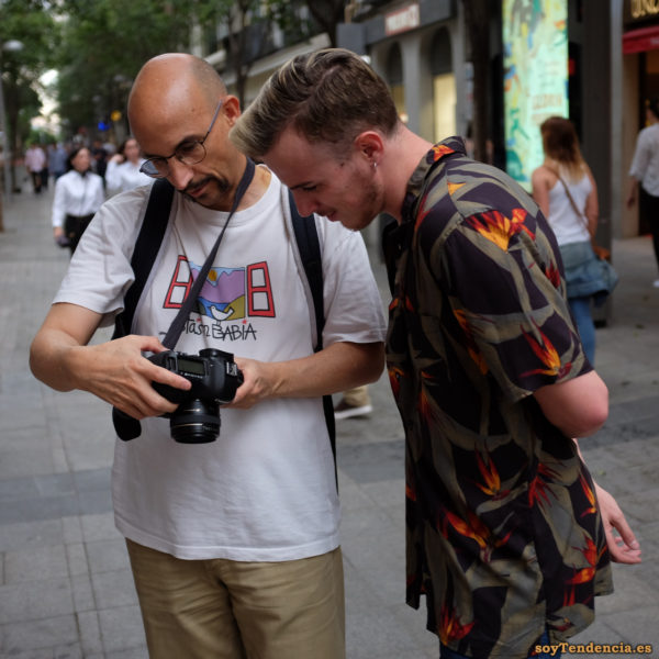 camisa de estrilicias fondo oscuro fotografo camiseta estas en babia soyTendencia Madrid street style