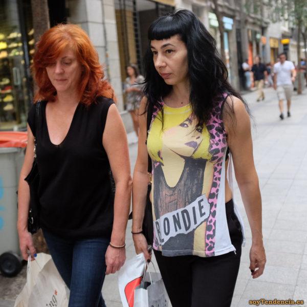 camiseta Blondie abierta por los laterales soyTendencia Madrid street style