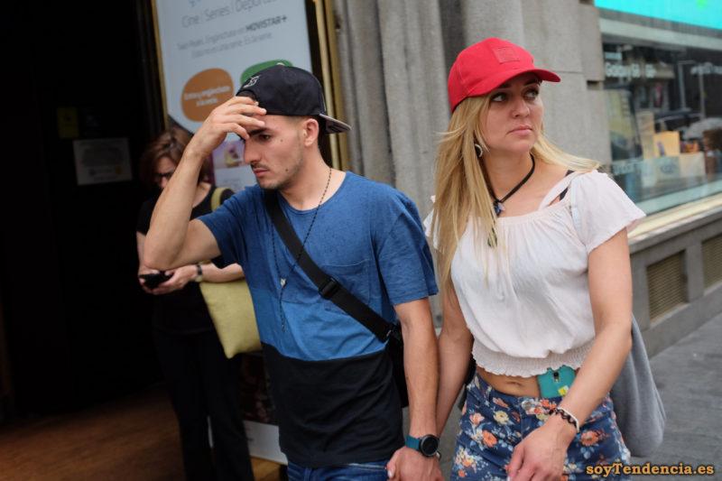 camiseta azul y negra top fruncido cintura móvil pantalón flores gorra soyTendencia Madrid street style