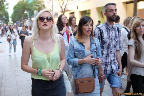 camiseta de gasa transparente amarilla tirantes vestido gris punto bolso soyTendencia Madrid street style