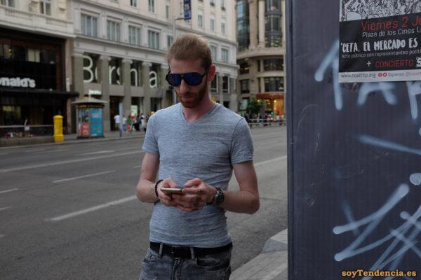 camiseta gris con cuello en pico gafas sol móvil celular soyTendencia Madrid street style