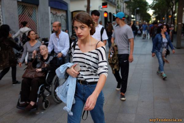 camiseta de rayas pantalón vaquero de talle alto cazadora soyTendencia Madrid street style