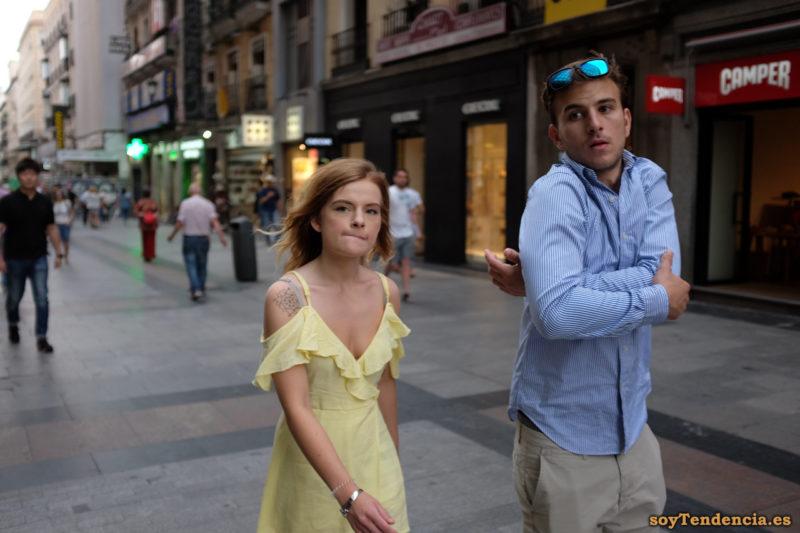 vestido amarillo con volantes tirantes finos camisa azul clara soyTendencia Madrid street style