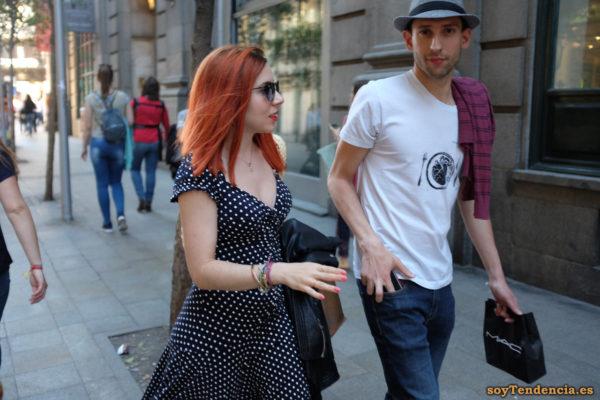vestido azul con lunares blancos pelirroja camiseta plato corazón soyTendencia Madrid street style