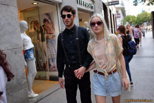 blusa abierta anudada cintura camiseta salmón pantalón vaquero corto camisa negra tirantes gafas soyTendencia Madrid street style