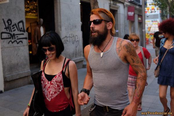 camiseta abierta por los laterales con nudos top negro tattoos barba soyTendencia Madrid street style