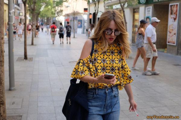 camiseta amarilla con motivos repetidos hombros descubiertos pantalón vaquero bolso pepe jeans soyTendencia Madrid street style