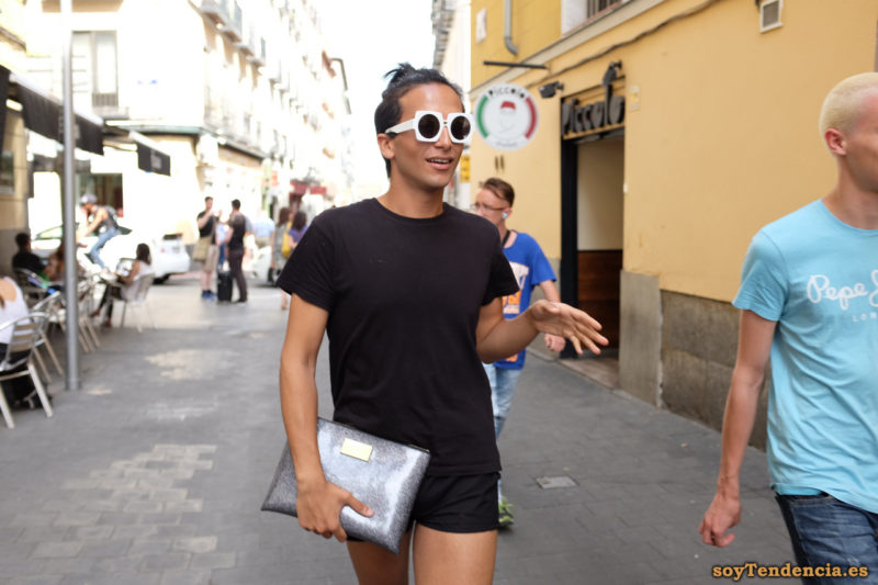 camiseta negra short gafas planas blancas cartera de mano plateada soyTendencia Madrid street style
