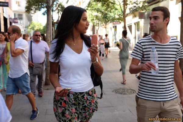 camiseta a rayas minifalda hojas y flores helado agua verano soyTendencia Madrid street style