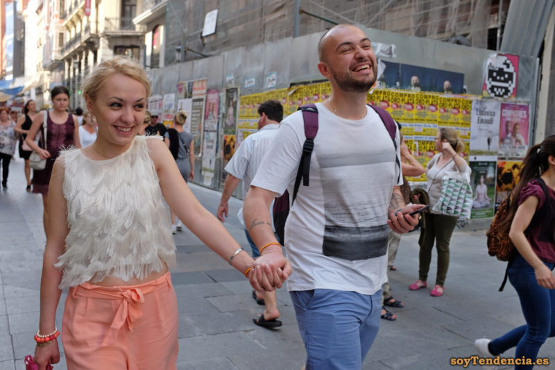 camiseta toda cubierta con flecos blancos pantalón rosa camiseta gris degradado soyTendencia Madrid street style