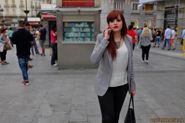 chaqueta gris con solapas largas gargantilla colgantes soyTendencia Madrid street style